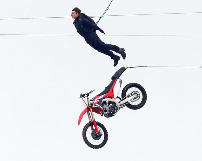 Tom Cruise saat syuting Mission Impossible Film