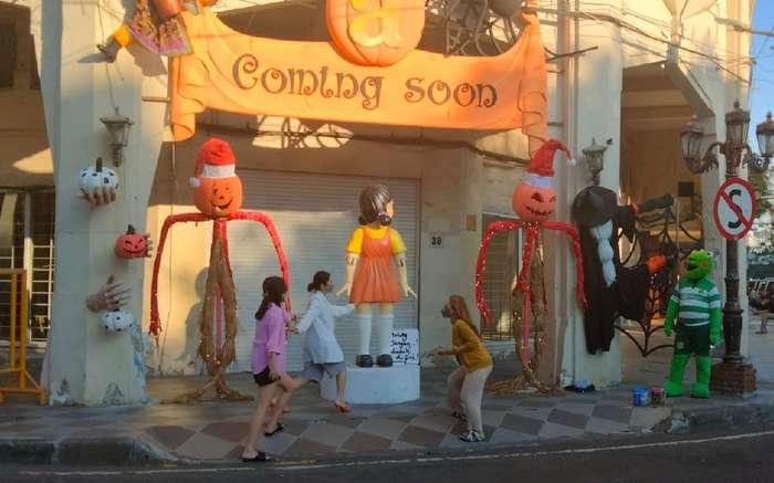 Dekorasi Halloween termasuk boneka raksasa