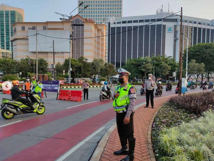 Satuan Petugas yang mengawasi berlakunya peraturan Ganjil Genap di Sudirman, Jakarta