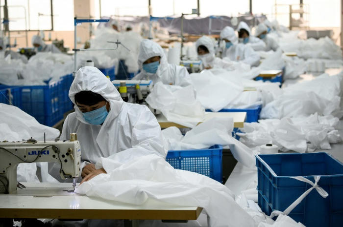 Pembuatan Baju Hazmat, China.